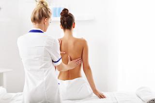 medizinische-massage-muenchen-kundin-behandlung