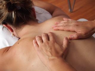 rueckenmassage-muenchen-masseur-bearbeitet-schulter
