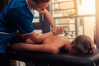 mobile-massage-in-muenchen-kundin-und-masseur