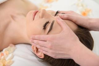 stirnmassage-muenchen-kundin-in-behandlung